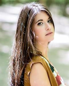 Jolie jeune femme au soleil.