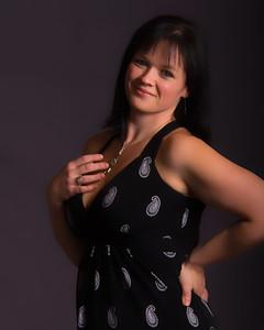 Jeune femme avec une robe noire décolletée.