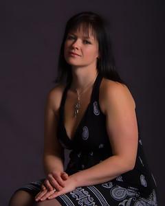 Jeune femme assise avec une robe décolletée.