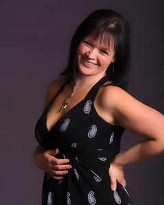 Jeune femme souriante avec une robe décolletée.