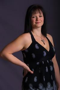 Jeune femme avec une robe décolletée.