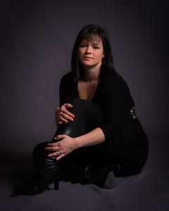 Femme portant des bottes en noir.
