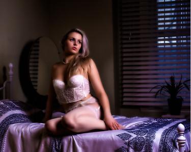 Femme en lingerie sur un lit.