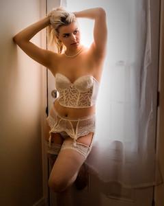 Belle blonde en lingerie blanche.
