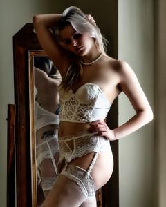 Jolie modèle devant un miroir.