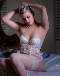 Modèle en lingerie blanche.