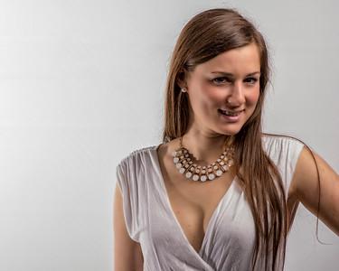 Jolie demoiselle avec bijoux blancs.
