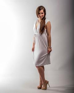 Jeune femme en robe et talons hauts.