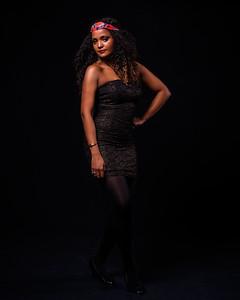 Modèle en robe à bustier noire.