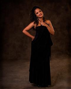 Modèle en robe noire chic.