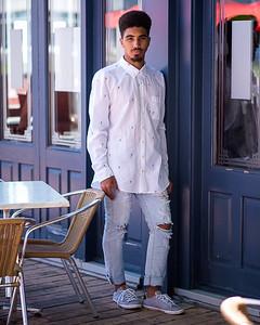 Bel homme  sur une terrasse.