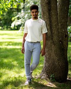 Jeune homme dans un parc.