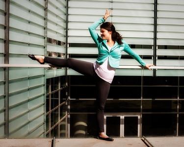 Danseuse dans un environnement urbain.