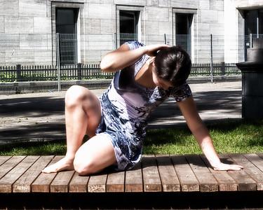 Danseuse dans un espace public.