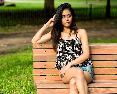 Jeune femme au parc.