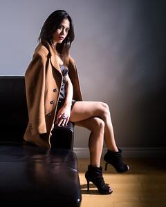 Jolie femme au salon.