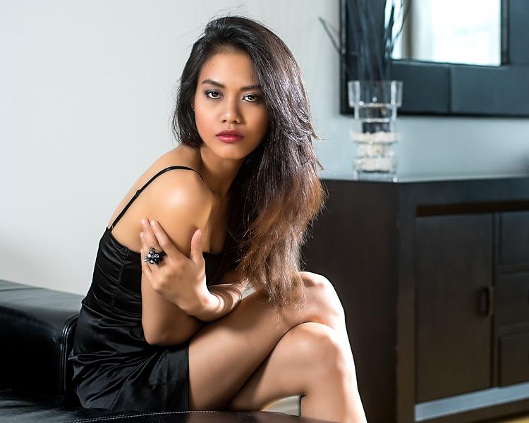 Jeune femme assise en robe cocktail.