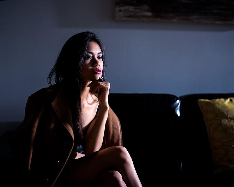 Jeune femme au salon.