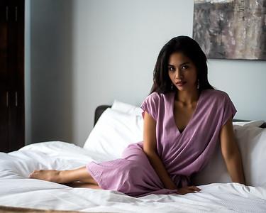 Belle asiatique relaxant au lit.