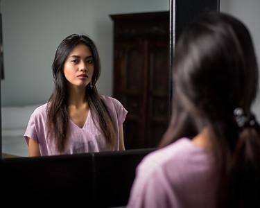 Jolie asiatique au miroir.