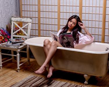 Jolie brunette au bain.