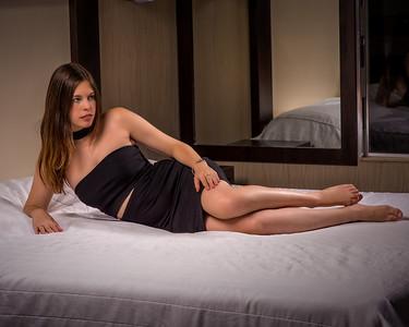 Modèle posant sur un lit.