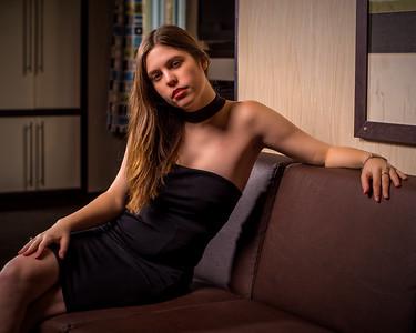 Belle femme sur un divan.