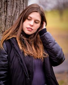 Belle brunette dans un parc.