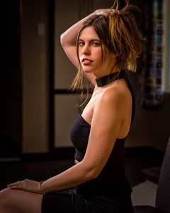 Jolie femme en robe noire.