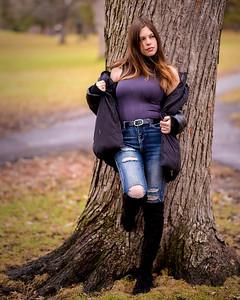 Jolie modèle dans un parc.