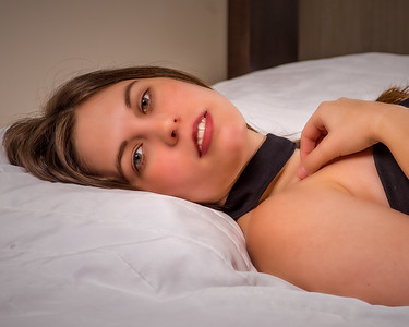 Femme étendue, aux jolis yeux.