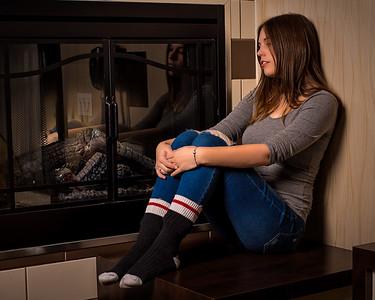 Jolie brunette près d'un foyer.