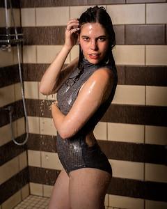 Jeune femme  sous la douche.
