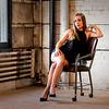 Jolie blonde posant sur une chaise.