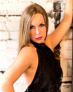 Blonde en robe noire.