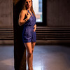 Femme blonde en robe bleue.