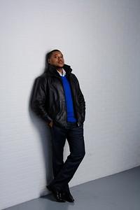 Bel homme noir en veste de cuir.