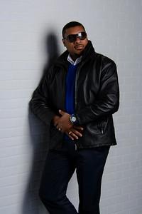 Bel homme noir avec verres fumés et veste de cuir.