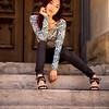 Modèle asiatique posant dans les rues.