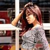 Belle brunette posant dans la ville.