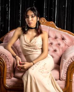 Modèle asiatique en robe de bal.