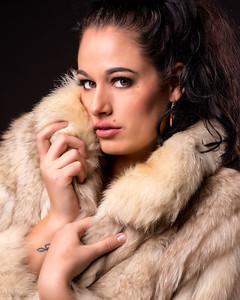 Femme aux jolis yeux en manteau.