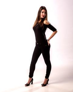 Modèle habillée de noir au cheveux long.