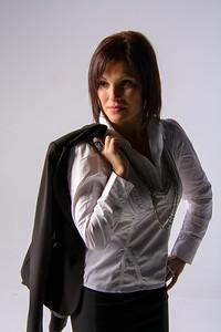 Jolie femme avec veston à l'épaule.