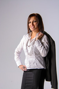 Jeune femme souriante en jupe noire classique.