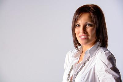 Femme portant un chemisier classique de profil.