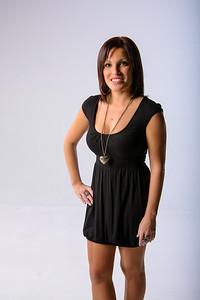 Jeune femme en robe chic avec un collier.