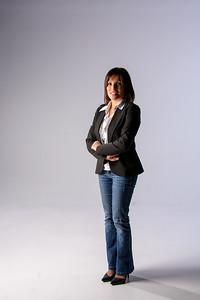 Jolie brunette en jeans et veston.
