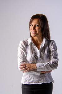 Jeune femme au large sourire en chemisier blanc.