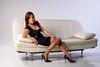Femme élégante sur un canapé blanc.